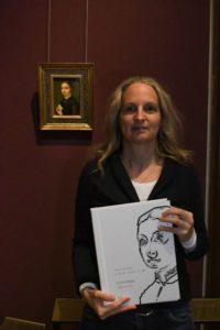 Sarah Iris Mang mit dem Buch invisible im Kunsthistorischen Museum Wien, 2020